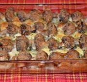 Кусочки мяса, запеченного с консервированными грибочками